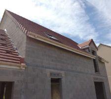 Couverture arrière, garage en cours et bas de pente de la maison à modifier