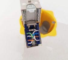 J'ajuste l'électricité: Je recâble toutes les prises réseaux en Cat6a J'ajoute tout ce que j'avais gardé pour moi - Prises RJ45 pour les caméras - Obturateurs pour cacher les détecteurs de mouvements - Doublement (et +) de chaque RJ45 - Ajout de Prises alimentées directement depuis le tableau electrique