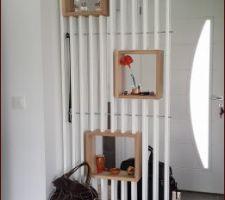 Le meuble de séparation est terminé! Fabrication maison avec des lames de terrasses pas chères, de la peinture blanche, des tablettes en chêne