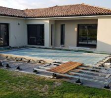 Démarrage de la terrasse autour de la piscine et en prolongement de la maison. Structure en acier.