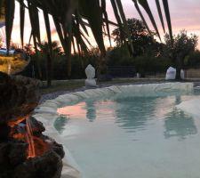 Vue sur fontaine et bassin de nuit