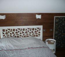Porte des combles tapissée et luminaires posés