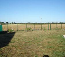 Le terrain a entièrement été clôturé avec des panneaux rigides - assez cher mais très sécurisant