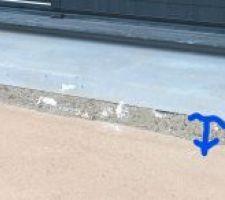 Espace entre bavette alu de porte fenetre et seuil prefabriqué et non respect de la goutte d'eau