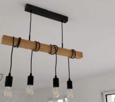 Pose d'une suspension en bois et acier inoxydable noir au dessus de la future table de salle-à-manger