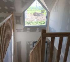 Escalier poser les garde corps également. Nous avons choisi un bois très clair. Sur le coter nous avons décider d enlever une chambre pour en.avoir au final 3 ainsi nous avons une mezzanine pour un coin jeux enfant
