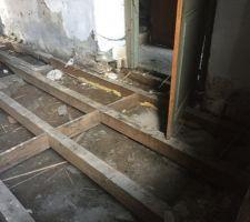 Arrachage plancher pièce principale actuelle qui deviendra la future chambre principale.