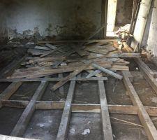Arrachage du plancher de la pièce principale actuelle qui deviendra la future chambre principale.