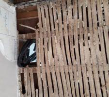 Démolition du plafond du RDC et vue sur la gaine technique