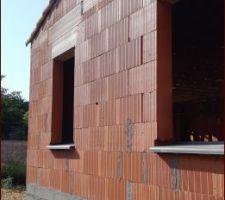 Façade sud - appuis de fenêtre anthracite - Bouche d'aération du vide sanitaire collée.