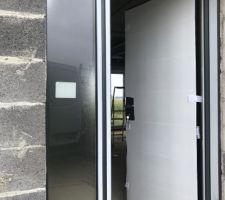 La porte d?entrée protégée par un carton ! Gris anthracite à l?extérieur et blanche à l?intérieur