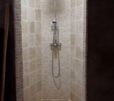 Fini le béton ciré dans la douche... place à la mosaïque, beaucoup moins d'entretien !