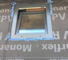 Fenêtre de la douche en PVC triple vitrage blanc intérieur RAL 7016 extérieur