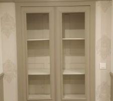 Ancienne armoire peinte et début de la pose du papier peint.