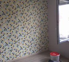 Pose tapisserie (achat 4 murs) + mise en peinture gris clair et triangle jaune. Mise en place dressing en kit