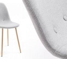 Chaises avec siège rembourré en tissu et pieds en acier effet bois de hêtre.