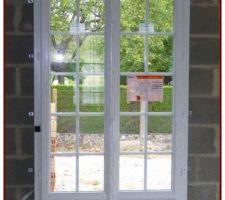 Les portes fenêtre sont du type battant, en PVC double vitrage 4/20/4, elles sont fixées sur les murs et recevront les panneaux d'isolation