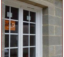 Fenêtre en PVC, style battant, double vitrage 4/20/4, ventilation haute pour fonctionnement VMC, volet battant