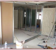Les portes intérieures seront fixées sur les montants métalliques des cloisons