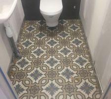"""Carrelage wc étage et salle de bain acheté chez CVS à Troyes pour le bâtiment c'est """"?""""  Sa donne un petit coté orientale à la maison."""