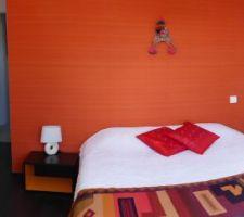 AVANT : Chambre orange aux couleurs du Pérou dans laquelle nous avons souhaité déplacer le lit pour gagner de la place et faire une tête de lit. Pour voir APRES, cliquez sur les photos suivantes.