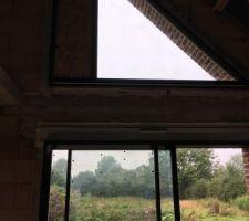 Fenêtre triangle de la mezzanine et du vide sur séjour
