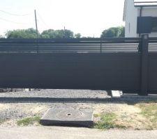 Portail suspendu posé pas de rail au sol