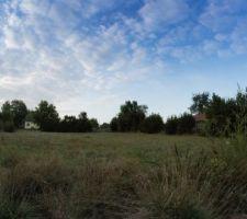 Vue Sud et Ouest du terrain. A l'ouest nous avons une grange de stockage basse. Vue dégagée plein Sud.