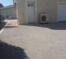 Rendu finit du béton désactivé devant la porte du garage