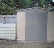 Installation des 2 cuves de récupération d'eau sur le côté de l'abri.