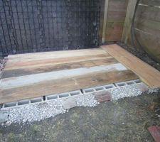Pose des planches de bois Douglas pour renforcer la stabilité du plancher.