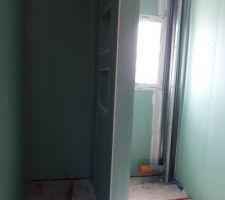 Salle d'eau avec à gauche la douche à l'italienne. <br /> Le plaquiste nous a créé des niches dans le placo