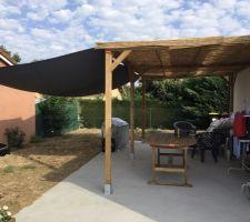 Pergola terminé avec 2 voiles d'ombrage pour le soleil et du canisse 1er prix sur la pergola en attendant de mettre une toile étanche.