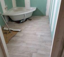Salle de bain étage carrelée et baignoire posée