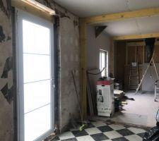 La porte a changé de place et se trouve plus au milieu de la maison desservant une entrée donnant sur XV, chambre, salle de bain et pour finir cuisine ouverte sur salle salon