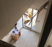 Cloisons terminées ! Vue de l?étage sur le futur escalier et la porte d?entrée