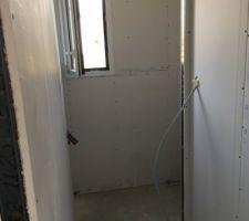Cloisons terminées ! Vue du toilette du RDC