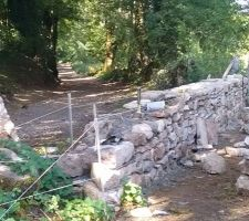 Montage muret en pierre le long du chemin sous la grange