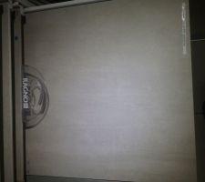 Carrelage du RDC. Carreau 60x60, gris clair effet béton ciré (moins que sur la photo)