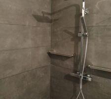 Colonne de douche avec étagères inox