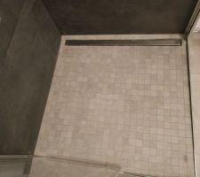 Sol de douche en carrelage mosaïque 120 x 120 cm avec canivelle inox