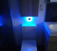 WC sans bride avec lumière led bleue pour la nuit