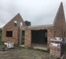 2e Maison: vue avant (briques NEO MAGNOLIA) La maçonnerie des pignons est terminée. La maison est prête a recevoir la charpente!!!