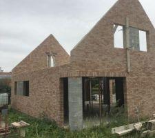 1ere Maison: vue arrière (briques ROMANCE) La maçonnerie des pignons est terminée. La maison est prête a recevoir la charpente!!!