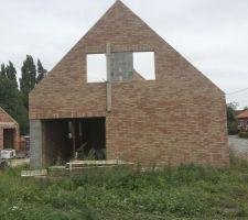 1ere Maison: vue du côté (briques ROMANCE) La maçonnerie des pignons est terminée. La maison est prête a recevoir la charpente!!!