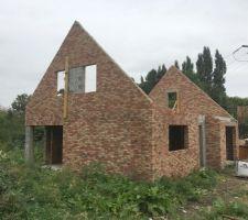 2e Maison: vue de l'angle avant (briques NEO MAGNOLIA) La maçonnerie des pignons est terminée. La maison est prête a recevoir la charpente!!!