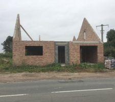 1ere Maison: vue de la rue, sur le trottoir d'en face (briques ROMANCE) La maçonnerie des pignons est terminée. La maison est prête a recevoir la charpente!!!