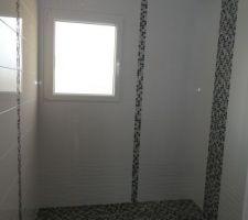 La salle d'eau du RDC (avant pose paroi douche, colonne douche et meuble)