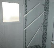 Salle d'eau : pose de la paroi de douche