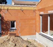 Côté terrasse : la baie vitrée et la porte du garage